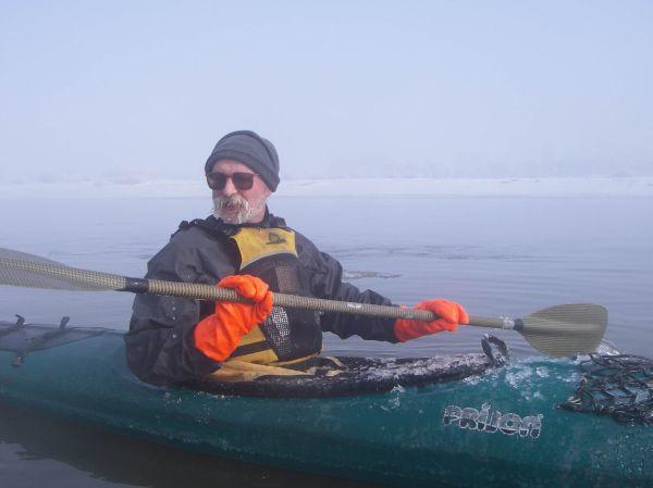 Zdjęcie kajakarza w zimie