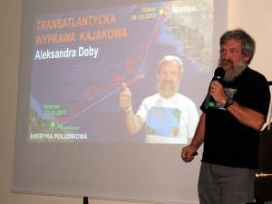 """Aleksander Doba podczas swojej prezentacji """"Kajakiem przez świat"""""""