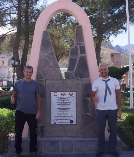 Bracia przy tablicy upamiętniającej Polaków jako pierwszych zdobywców Kanionu Colca w 1981 roku